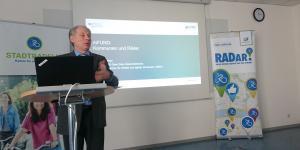 Professor Becker präsentiert das Projekt Movebis